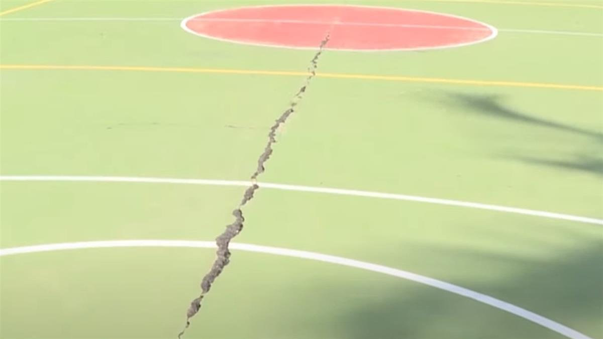 接連2震!百年老校水璉國小籃球場地裂開 水塔倒