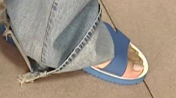 鐵釘刺藍白拖沒在意!男腳痛是腳底藍白拖碎片作怪