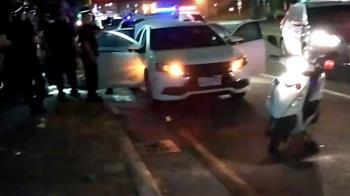 見車爆胎上前關心 警意外見「一袋刀」逮毒男
