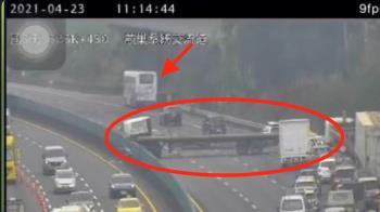 快訊/國道拖板車追撞大客車 打橫卡死4車道