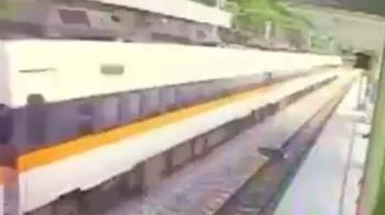 太魯閣號出包!工人穿越月台遭撞飛 16秒驚悚瞬間曝