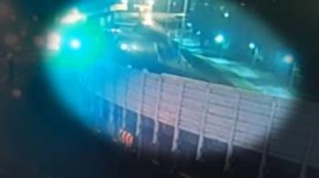 聯結車行駛快速道路鋼條掉落 砸毀隔音牆幸無人傷