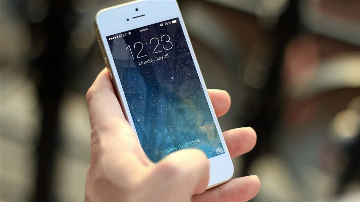 幫拿手機竟「臉部解鎖」 曖昧男氣炸...網一看驚:我也遇過
