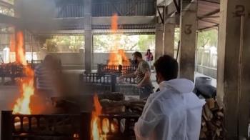 印度變地獄!染疫遺體「露天火化」 富商包機逃英國