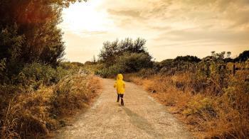 人夫夢到黃衣小女孩!妻吐「你又帶誰回來」 他飛奔城隍廟求救