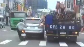 19歲騎士想超車!下秒噴飛倒地 遭砂石車輾爆頭慘死