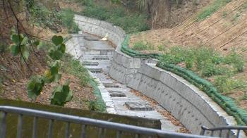獨/東勢石角溪鋪水泥邊坡 民眾嘆:又一條野溪被破壞