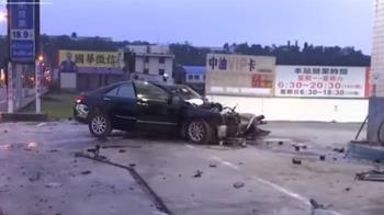 男開車撞進加油站不治 21歲女拋飛跪地哭求「別報警」