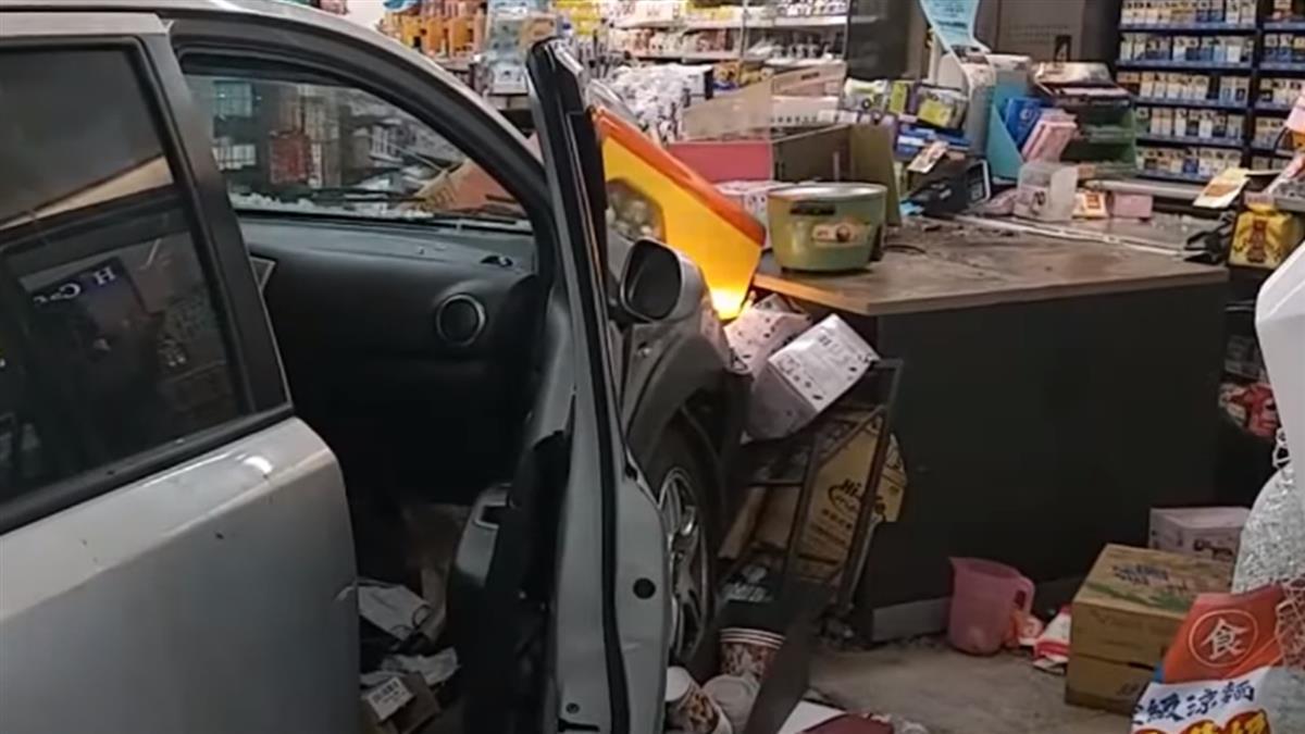 疑車內吵架闖紅燈釀禍 無辜車遭撞衝進超商