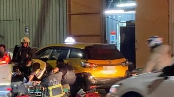 快訊/新北計程車自撞護欄 運將失去心跳急送醫搶救