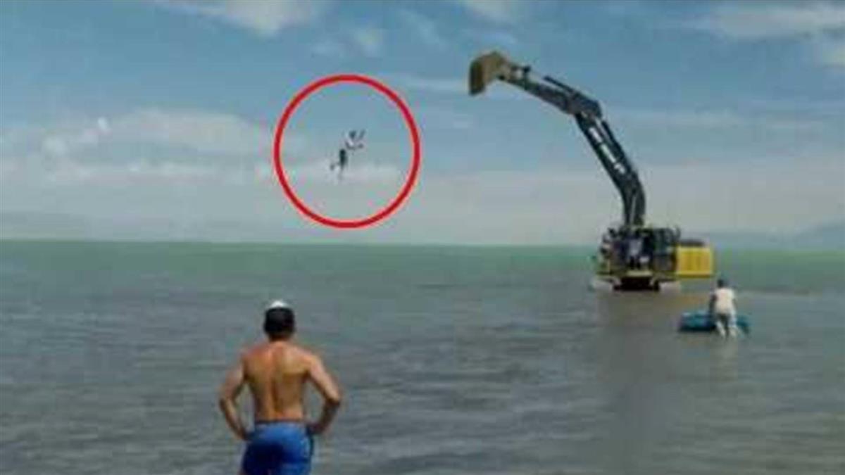 網紅拍搞笑片…吊挖土機當「人肉鐘擺」 下秒骨頭碎裂落海