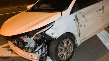 國道離奇車禍!小客車突撞上巨輪嚇傻 4人緊急送醫