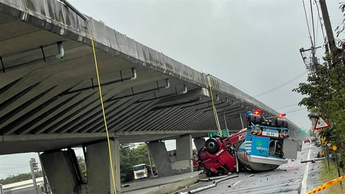 快訊/西濱快化學槽車翻覆掉下橋 零件散落一地傷亡不明