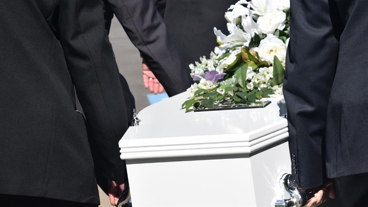 爸癌逝請喪假!老闆催上班「不會起死回生」引論戰