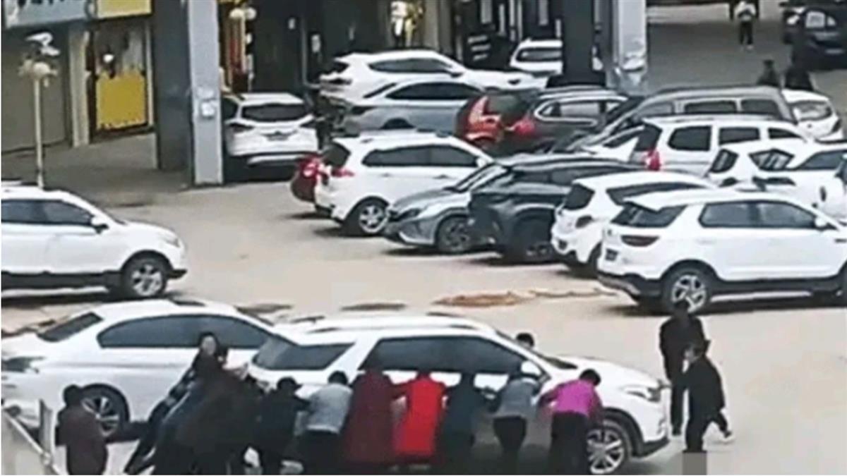 大媽要跳廣場舞「徒手推走汽車」 車主快哭了
