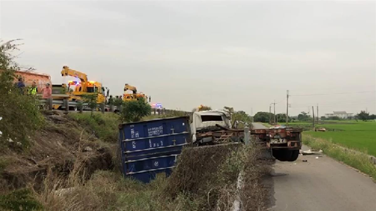 快訊/國1北斗段貨櫃車衝邊坡翻覆  車內2人緊急送醫
