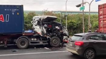 三貨櫃車擦撞!中間車遭夾擊 車頭半毀成廢鐵
