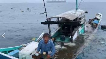 遭貨輪擦撞!高雄漁船解體沉沒 船長捧碗盤獲救
