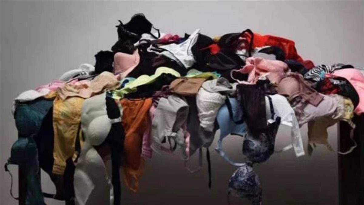 藝術品「197件內衣」放桌上展示 創作者遭爆全偷來的