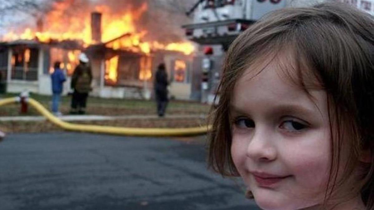 災難女孩「火場前詭笑照」 竟以1400萬天價售出