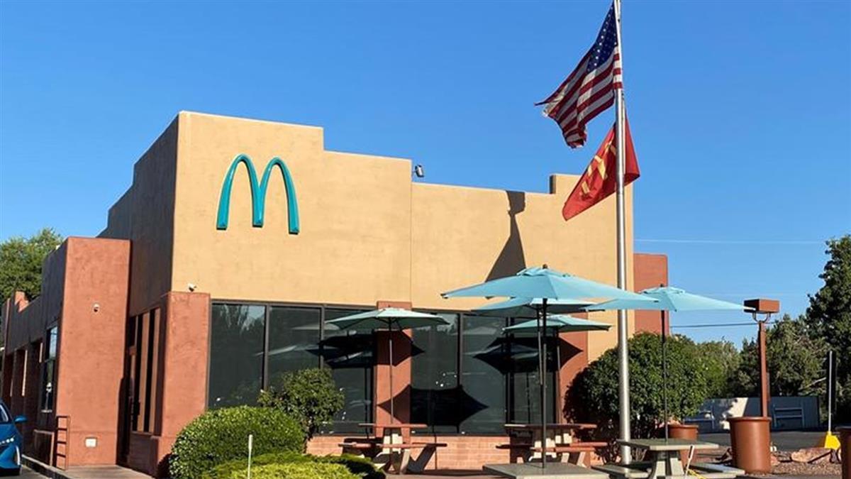 全球「唯一藍色麥當勞」 因1原因換色變打卡熱點