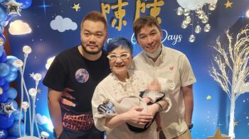 陳鎮川終於見到兒子 PO一家三口全家福淚喊:等到你了