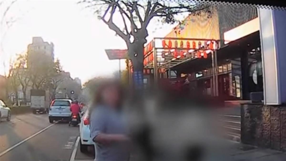 又見「人肉占車位」女讓開後正要倒車…卻被他車切入