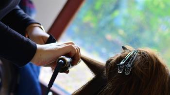 愛妻常燙傷!8旬翁上髮廊學用電棒捲 美髮師哭了:他很勇敢