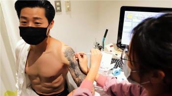 林昶佐打疫苗「裸上身」腹肌炸裂 醫:要逼死誰啊?