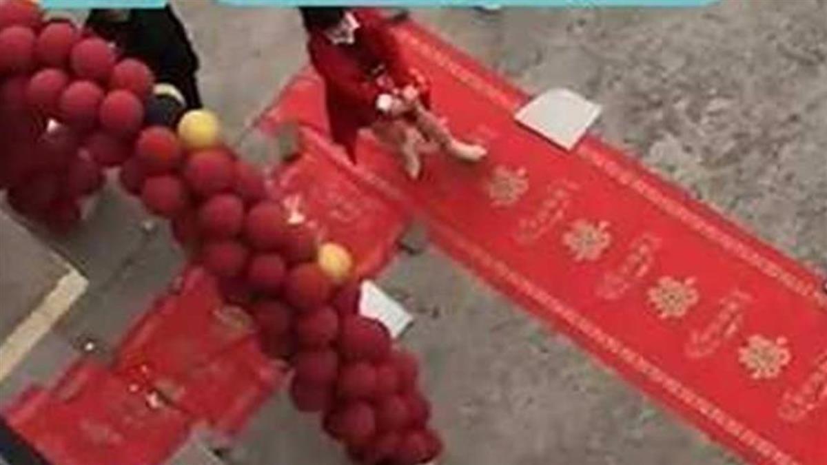 高中就認識還住同社區 新郎「一條紅毯」娶老婆超省錢