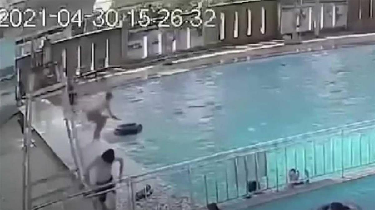 泳池擠爆人!少年下水突遭「抓交替」 掙扎2分鐘沒人救溺斃
