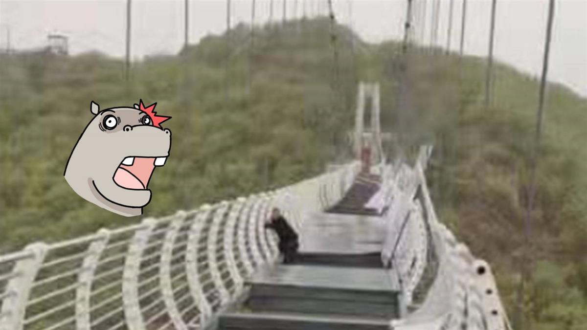 慘!玻璃吊橋被吹碎 他懸掛260m高空狂抖超崩潰