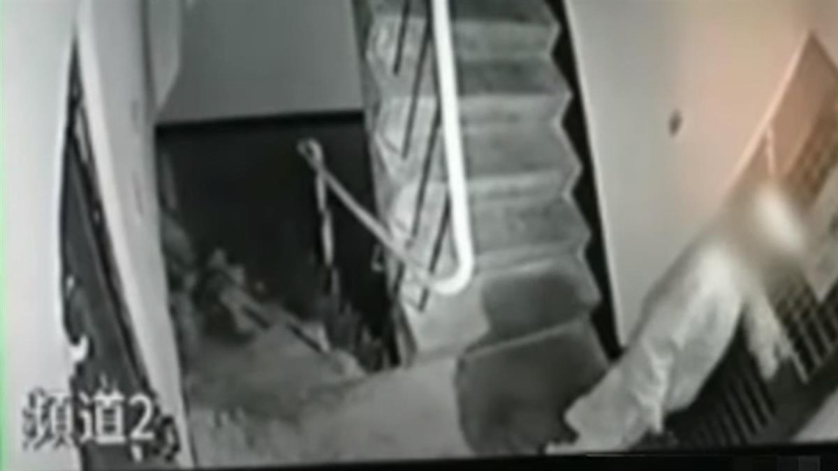 嫌樓上吵?男狂捶鐵門挨罰 鄰居怨:被敲30年