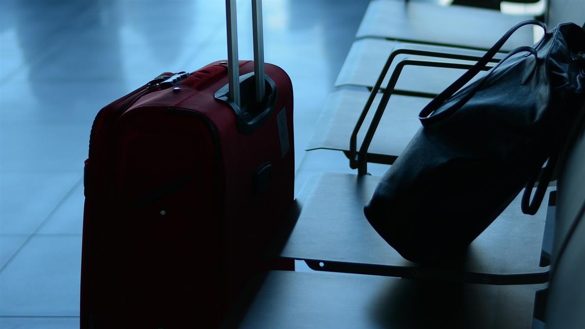 高中妹行李「裝滿情趣用品」 安檢偷拍PO網:漂亮女孩都不正經
