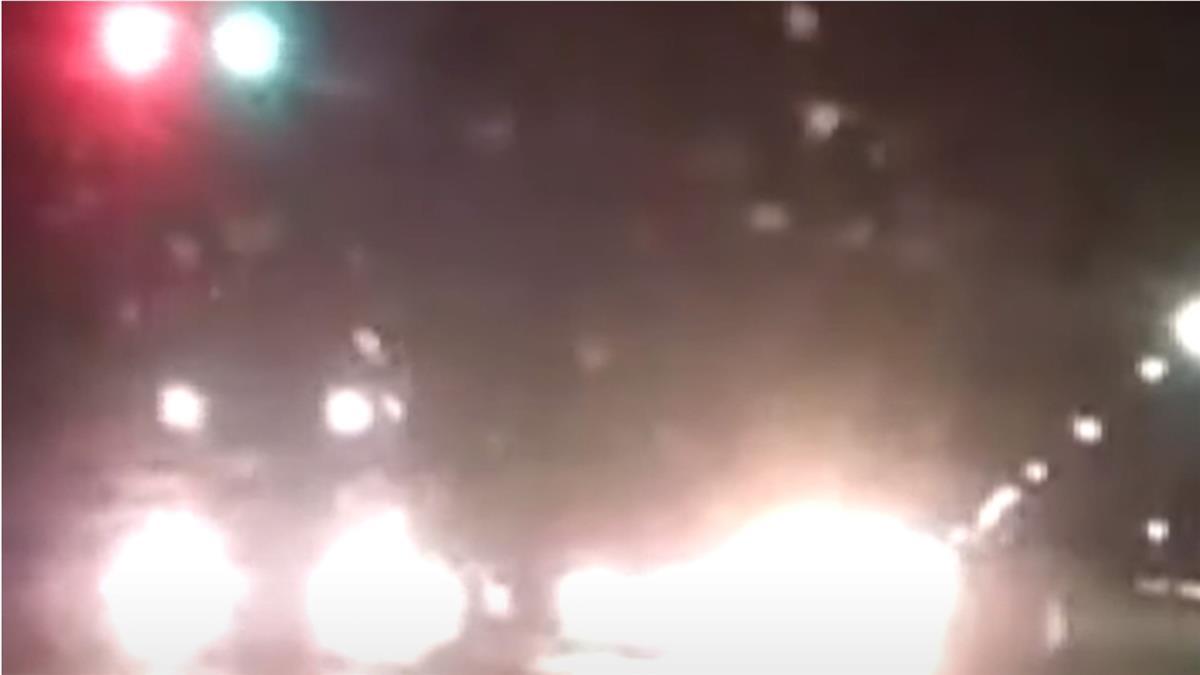 駕駛回家遇「馬路殺手」 大貨車逆向超車險對撞