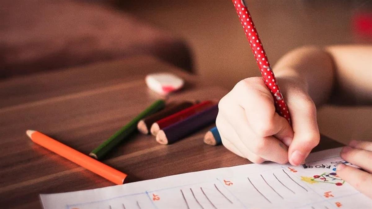 幫學生換衣竟掉出「一支筆」老師心寒call家長:快退學吧