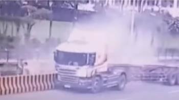 疑過彎車速過快貨櫃翻落溪底 駕駛:忘插安全插銷