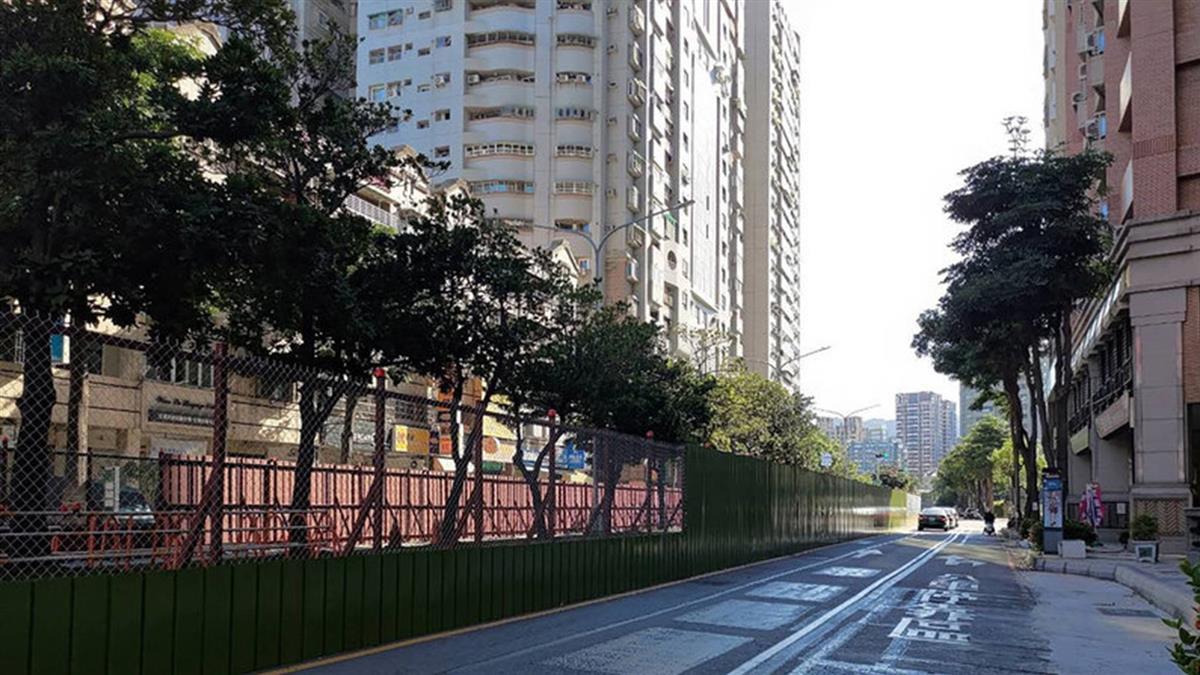 輕軌大順一路段動工 路口架設透空圍籬