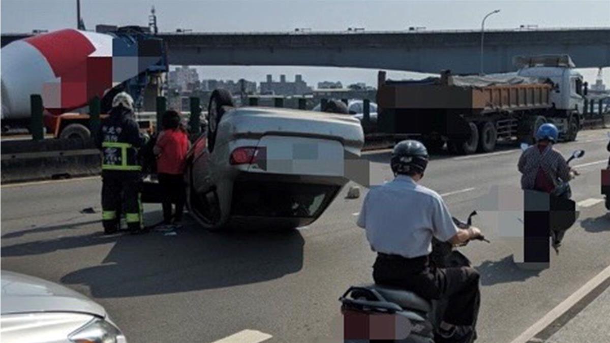 快訊/三重中山橋轎車擦撞砂石車 翻覆躺路中塞爆