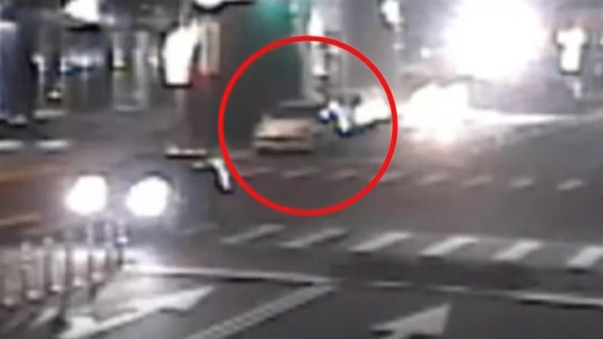 轎車撞休旅車甩尾肇逃 機油瀉500米害騎士慘摔