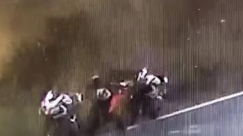 台三線重機撞山壁摔溝起火 路過車友及時救騎士
