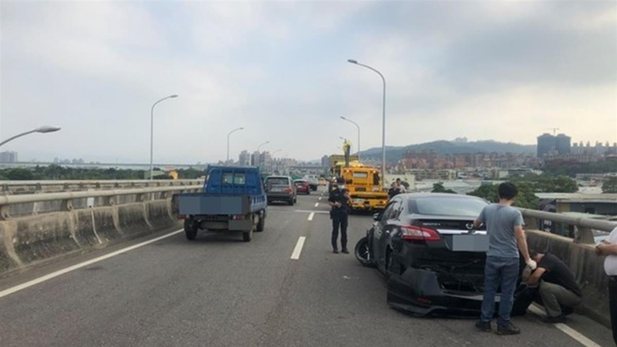 快訊/台64線車禍「轎車下巴全毀」雙向回堵2.5公里