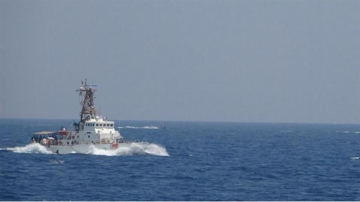 13艘伊朗快艇逼近 美艦荷莫茲海峽射擊30發子彈驅離