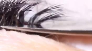 信用卡刷不過!美睫師爆剪客人睫毛 15秒過程曝光