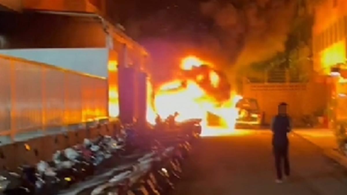 台中深夜火警!疑遊民縱火 20輛車整排全燒壞