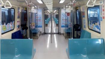 捷運伯狂問「末班車幾點」 V領妹低頭一驚:內衣都看到了