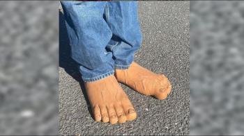 獵奇!他造「逼真赤腳鞋」爆青筋踩柏油路 網:會嚇到路人