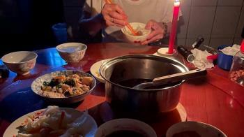 全台大停電!小一童興奮吃燭光晚餐 媽嘆:段考靠實力