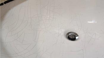 洗手台用10年爬滿黑裂痕 網一看超著急:快換!