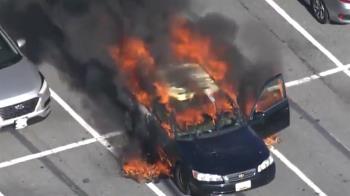 邊抽菸邊消毒!下秒突大火「把車燒成廢鐵」 竟是這東西惹禍